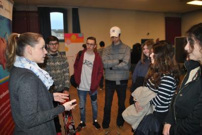 """Die 31. Projektwoche bietet Schülern der 8. Klassen der Hauptschulen in Lampertheim Einblicke in Institutionen, die Jugendarbeit leisten – wie hier die die AWO Schuldenberatung und die Drogenberatung """"Prisma"""". Heike Bamberg (l.) erläuterte zu Beginn der P"""
