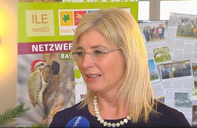 Umweltministerin Ulrike Scharf am Stand des Netzwerks Streuobst