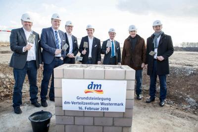 Foto zur Meldung: dm legt den Grundstein für das neue Verteilzentrum