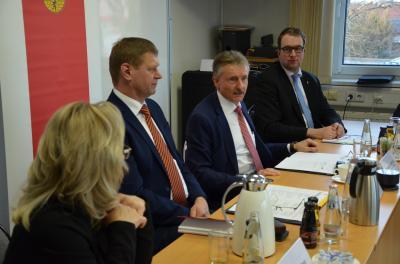 Der Minister für Inneres und Kommunales, Karl-Heinz Schröter, im Gespräch mit den Abgeordneten des Kreisausschusses und Vertretern der Verwaltung. (Foto: Landkreis)