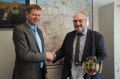 Wein und Delikatessen aus dem Spreewald für Gregor Niessen, Geschäftsführer der VG OSL, anlässlich seines 60. Geburtstages. (Foto: Landkreis)