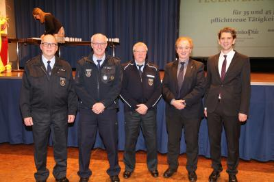 Wehrleiter Volker Aßmann, die Jubilare Klemens Wald und Heinz Echterbroch, Bürgermeister Arno Imig sowie Landrat Dr. Marlon Bröhr