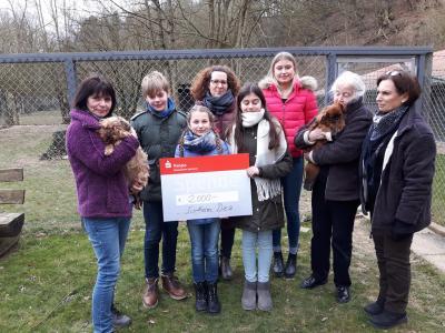 Vorschaubild zur Meldung: Strahlende Gesichter bei Mensch und Tier: Das SHG überreicht dem Tierheim in Diez eine großzügige Spende