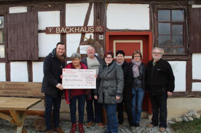 Vorschaubild zur Meldung: Ratsapotheke aus Bad Tennstedt löst Versprechen ein und übergibt Spendenscheck