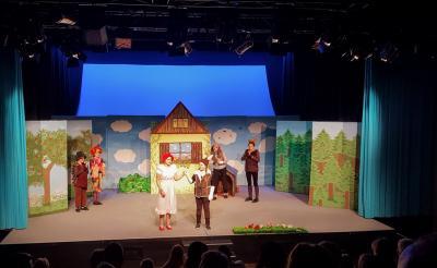 Szenen aus einer Rotkäppchen-Vorstellung im Theater Zielitz
