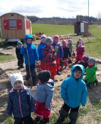 Vorschaubild zur Meldung: Drei-Käsehoch-Gruppe zu Besuch im Waldkindergarten
