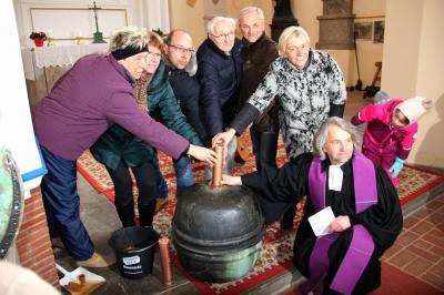 Foto zur Meldung: Gottesdienst mit Neubefüllung der Kirchturmkugel