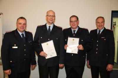 Frank Hattendorf (links) beförderte im Dabeisein von Bereitschaftsführer Klaus Stolle (rechts) Timo Neuhaus (2. Von links) zum Hauptlöschmeister und Renke von Seggern zum Brandmeister.