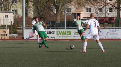 Mit viel Laufeinsatz organisierte Marcus Blücher (  grün-Weiss, am Ball ) die Demminer Abwehr