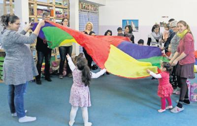 Foto zur Meldung: Quietschgrüne Schals für die Jüngsten