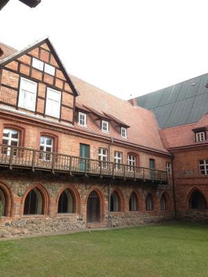Foto zu Meldung: Rosenfreunde informieren sich über das Kloster Stift zum Heiligengrabe: Auch Nichtmitglieder sind dazu willkommen