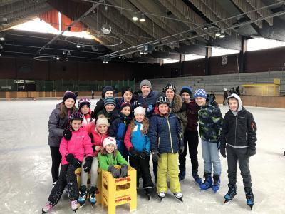 Grundschüler und Mittelschüler haben Spass auf dem Eis