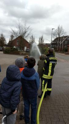 Vorschaubild zur Meldung: 3.Klasse besucht Feuerwehr