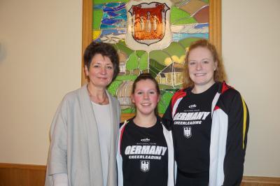 Bürgermeisterin Kerstin Schöniger wünschte Sarah Fischer (Bildmitte) und Saskia Döhler besten Erfolg bei der WM in Orlando