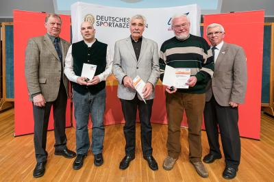 Jens Hartwig (Beauftragter für das Deutsche Sportabzeichen im LSV), Clemens May aus Kiel (Zahl 35), Ulfert Janßen aus Kiel (Zahl 40), Dr. Ingo Schwarz aus Kiel (Zahl 50), Wolfgang Beer (LSV-Vizepräsident)