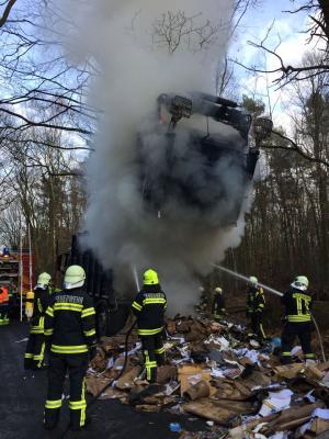 Foto zur Meldung: Rauchentwicklung aus Müllauto