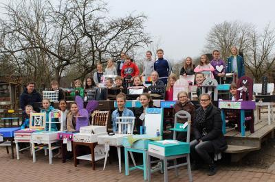 Foto zur Meldung: Schüler verwandeln Stühle in Kommoden