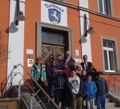 Die vierte Klasse der Grundschule Röslau mit Herrn Bürgermeister Thorsten Gebhardt (rechts) und ihrem Klassenleiter, Herrn Reinwald, (links) nach einem interessanten Unterrichtsgang durch das Röslauer Rathaus.