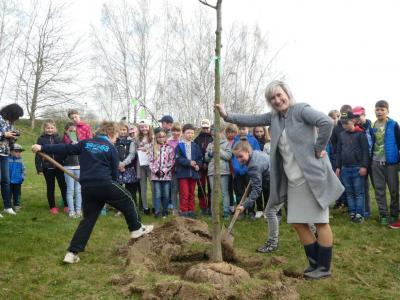 In diesem Jahr muss Bürgermeisterin Maria Euchler nur halten. Die Kinder schaufelten das Loch fleißig zu.