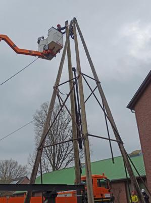 Dachdecker Walter Hesse beim Einbau des neuen Mastes