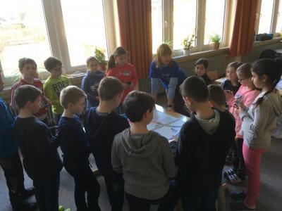 Das Bild zeigt eine Edeka-Ernährungs-Expertin mit Schülern aus der 3. Klasse