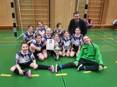 So sehen Sieger aus: Die Mädchen der Grundschule Gochsheim setzen sich gegen starke Konkurrenten durch und gewannen die Mädchen-Fußball-Kreismeisterschadt. Bild/Text: Riegel