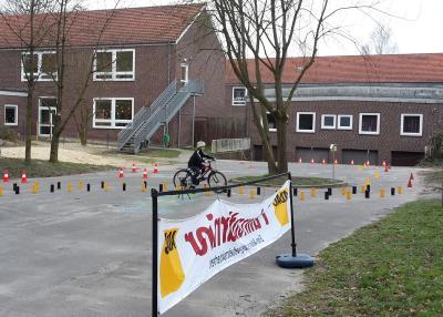 Schüler beim Durchfahren der Strecke