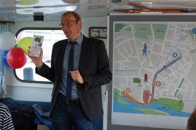 Uwe Neumann stellt den Flyer vor.