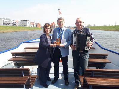 Marina Ringel und Hartmut Paschen übergeben symbolisch den Staffelstab für das 5. Shantychor-Festival an Bürgermeister Dr. Oliver Hermann (M.).
