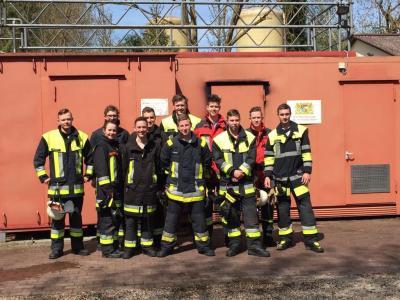 Die neu ausgebildeten Atemschutzgeräteträger des Landkreises Dachau - in den roten Einsatzjacken die beiden Teilnehmer aus Vierkirchen