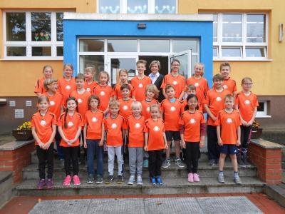 Foto zur Meldung: Neue Schul-T-Shirts für die Elbtalgrundschüler dank großzügiger Spende der Volks- und Raiffeisenbank eG