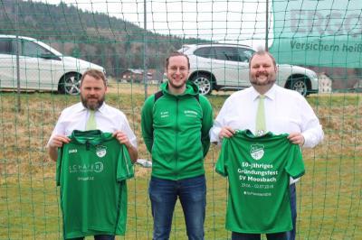 Foto zur Meldung: Neue Aufwärmshirts für den Seniorenbereich der Fußballer