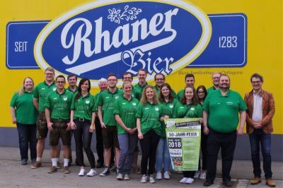 Foto zur Meldung: Zum 50-jährigen Gründungsjubiläum und 40-jähriges Bestehen der Damenriege das süffige Rhaner-Bier