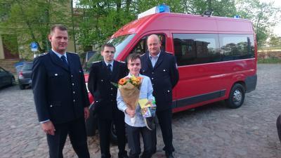 Foto zur Meldung: Die Kameraden der FFW Bützer ehren zur Jugendweihe