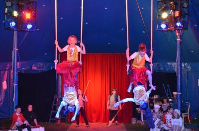 Mit ihrer Luftakrobatik am Trapez begeisterten die Mädchen und Jungen, wobei auch die Clowns als Putzteam eine tragende Rolle hatten.