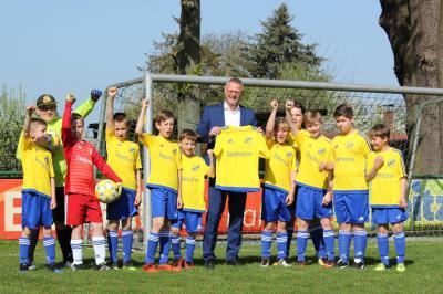 Foto zur Meldung: Fußball: E-Junioren mit neuen Trikots in der Meisterrunde