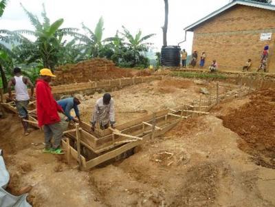 Bau des Raumes für die Maternelle (Kindergarten) der Primarschule Mujyojyo