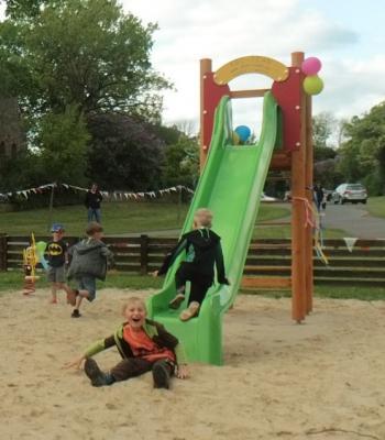 Foto zur Meldung: Neue Geräte für den Spielplatz in Läsikow eingeweiht