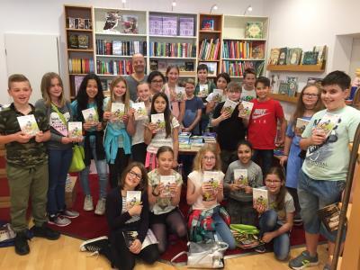 """Vorschaubild zur Meldung: Zum Welttag des Buches besuchten zwei fünfte Klassen die Buchhandlung  """"Buch & Wein"""""""
