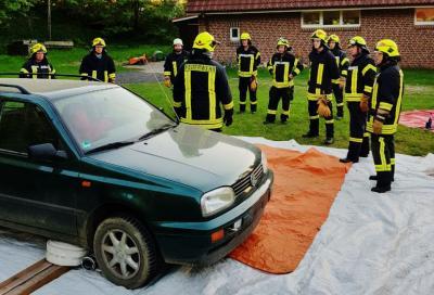 Foto zur Meldung: Personenrettung aus Unfallauto – Feuerwehr übte realitätsnah