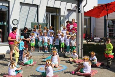 Foto zur Meldung: Lieder, ein selbstgebasteltes Herz und viele Bussis für die Mamis