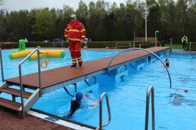 Foto zur Meldung: Badespaß mit Durchschwimmbögen im Schwimmbad Waldeck