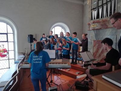 Foto zur Meldung: Kinder- und Jugendchor gestaltet feierlichen Gottesdienst zum Muttertag