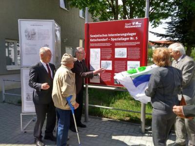 Vorschaubild zur Meldung: Schild für das Internierungslager Ketschendorf enthüllt