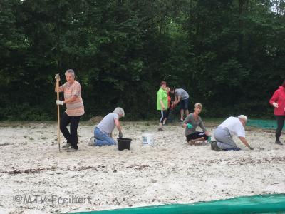 Vorschaubild zur Meldung: Frühjahrsputz auf dem Beachvolleyballplatz