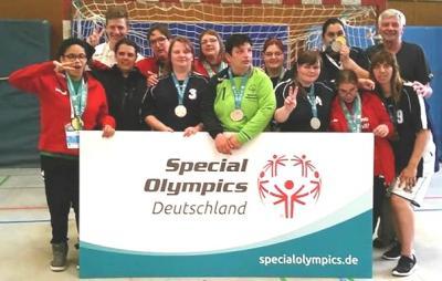 Die Goldmädels präsentieren ihre Medaillen. Es gibt hier einige Anwärter auf das SOD-Team Frauen!