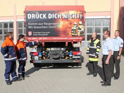 Vorschaubild zur Meldung: Rosenheimer Feuerwehren werben mit Plakat auf Einsatzfahrzeug um Nachwuchs