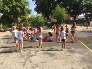 Foto zu Meldung: Wasserschlacht statt Hitzefrei!