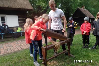 Kinder verarbeiten Flachs im Freilandmuseum Lehde