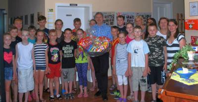 Bürgermeister Dr. Oliver Hermann heißt die Mädchen und Jungen aus der Region Narowlja herzlich willkommen.